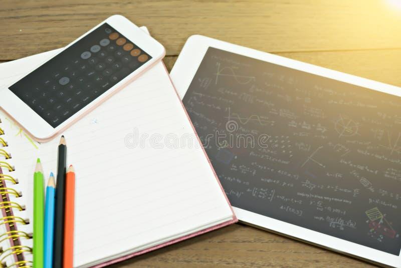Пустая тетрадь с таблеткой и калькулятором на столе стоковая фотография rf