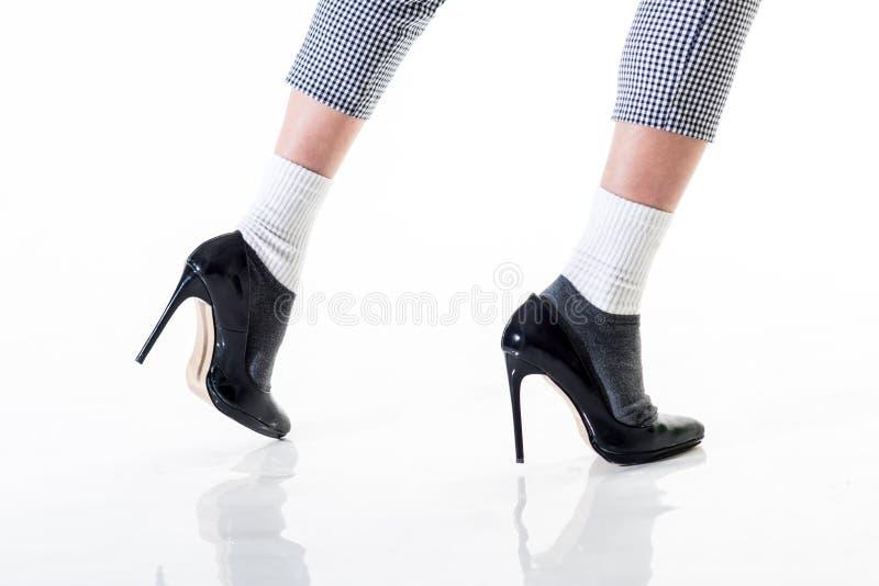 пустая тетрадь человека воодушевленности идя женщина в черных ботинках магазин ботинка Способ и красотка Стиль джинсовой ткани же стоковая фотография