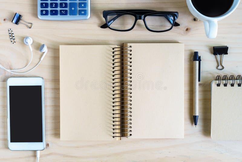 Пустая тетрадь с наушником и чашкой кофе на деревянном столе стоковое фото rf