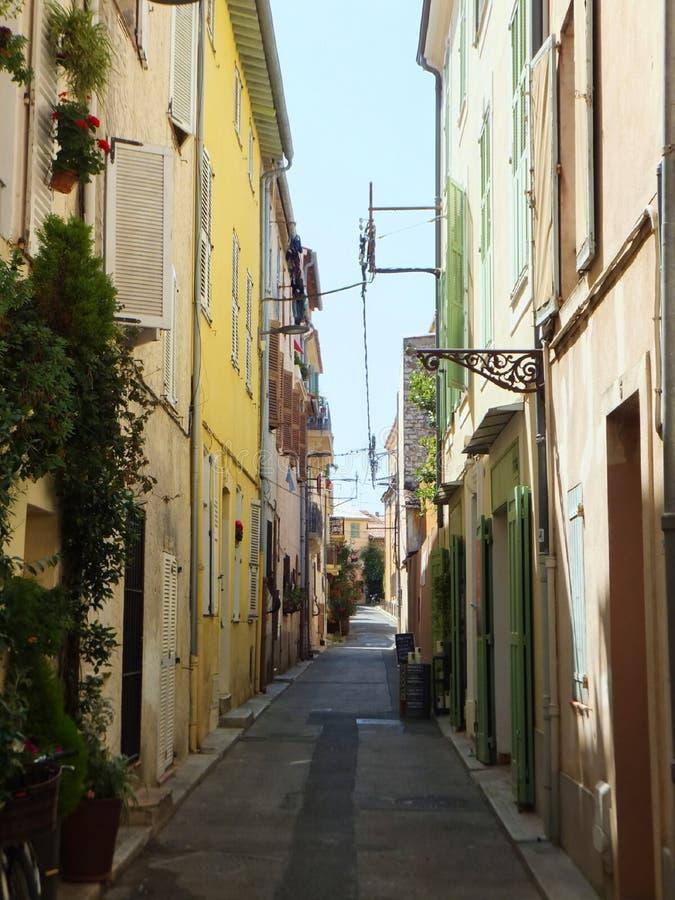 Пустая улица в Антисе, Кот-д'Азур, Франция, в жаркий летний полдень стоковая фотография rf