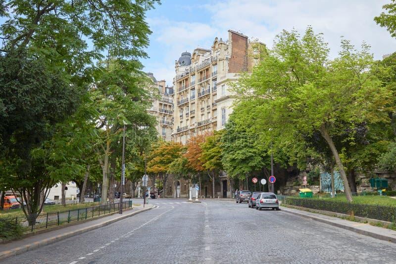 Пустая улица в Париже с садом и старинными зданиями во Франции стоковое фото rf