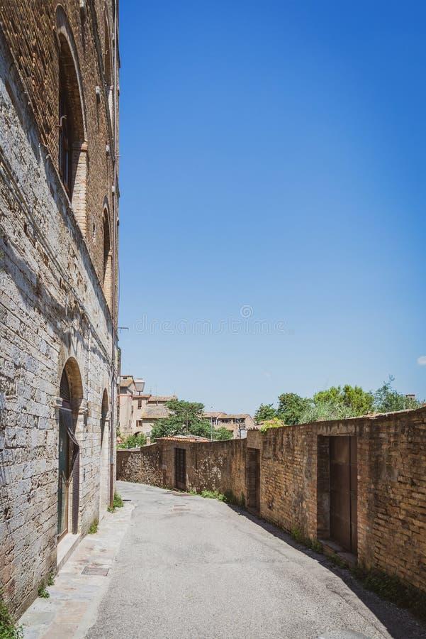 Пустая улица на краю древнего города в Италии San Gimignano стоковая фотография rf