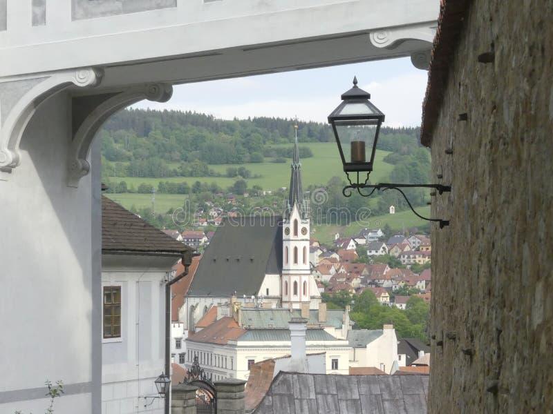 пустая улица Уличный фонарь старинной улицы на стене замка Взгляд  стоковые фотографии rf