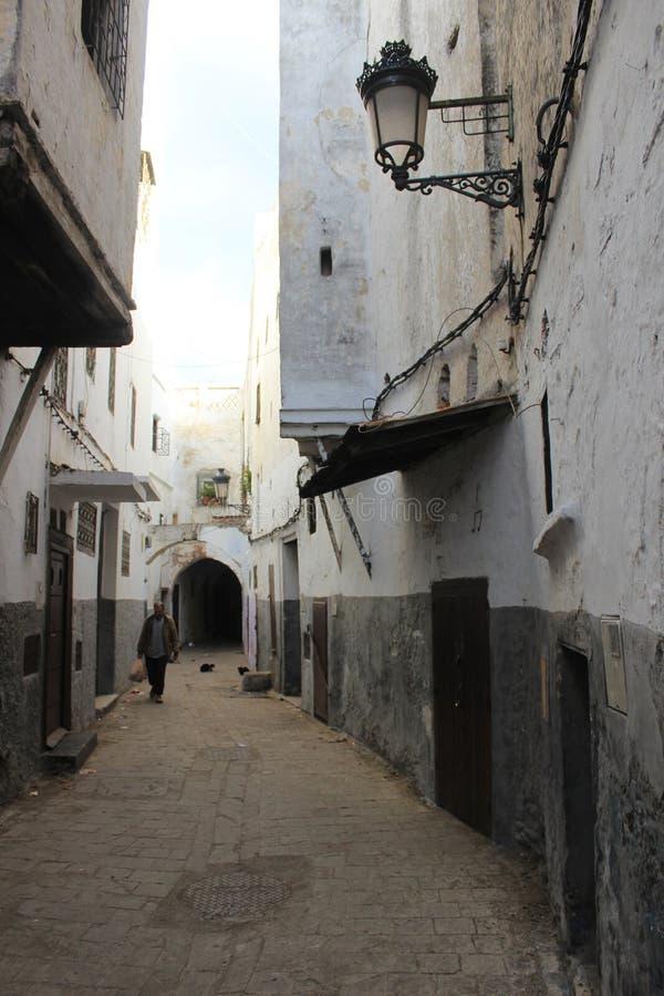 Пустая улица в medina в Tetouan, городе в Марокко/Северной Африке, строя заходом солнца стоковое изображение rf