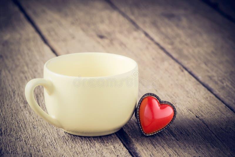 Пустая чашка с кольцом формы сердца стоковые фото