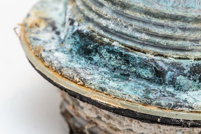 Пустите корозию и пентагидрат сульфата меди по трубам ржавые от минерала воды стоковое изображение
