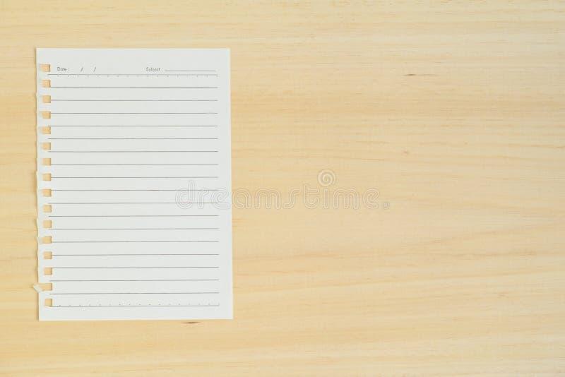 Download Пустое бумажное примечание на деревянной предпосылке Стоковое Фото - изображение насчитывающей над, стол: 81811574