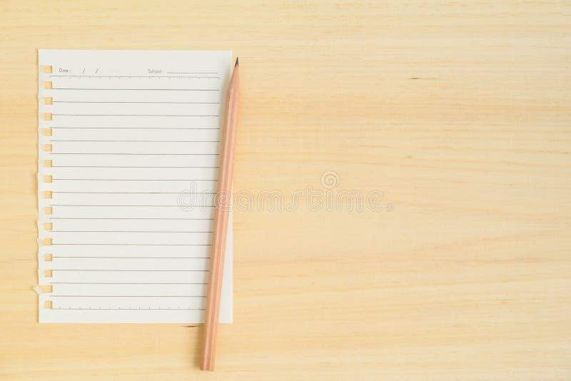 Download Пустое бумажное примечание с карандашем на деревянной предпосылке Стоковое Фото - изображение насчитывающей карандаш, над: 81811606