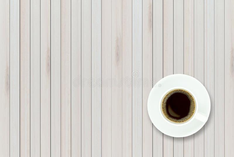 Пустое взгляд сверху деревянного стола и черного кофе в белое керамическом стоковые фото
