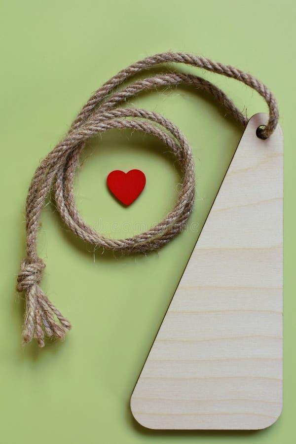 Пустое деревянное медаль с красным маленьким сердцем стоковое фото