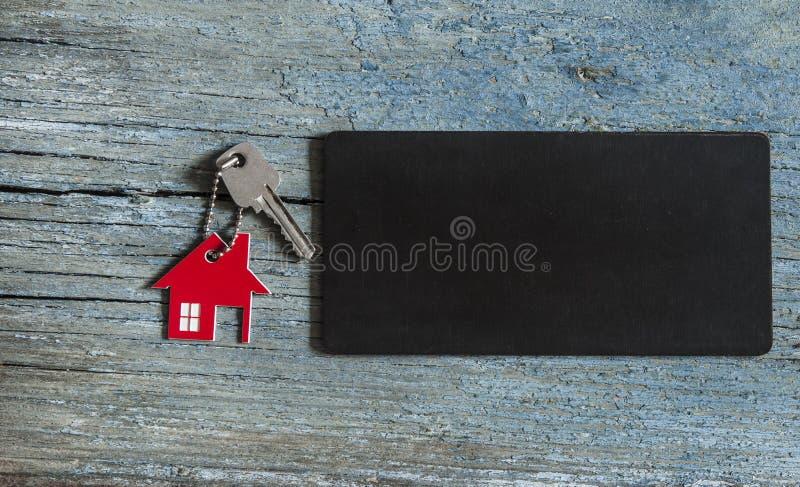 пустое классн классный и символ дома с серебряным ключом на vint стоковое изображение