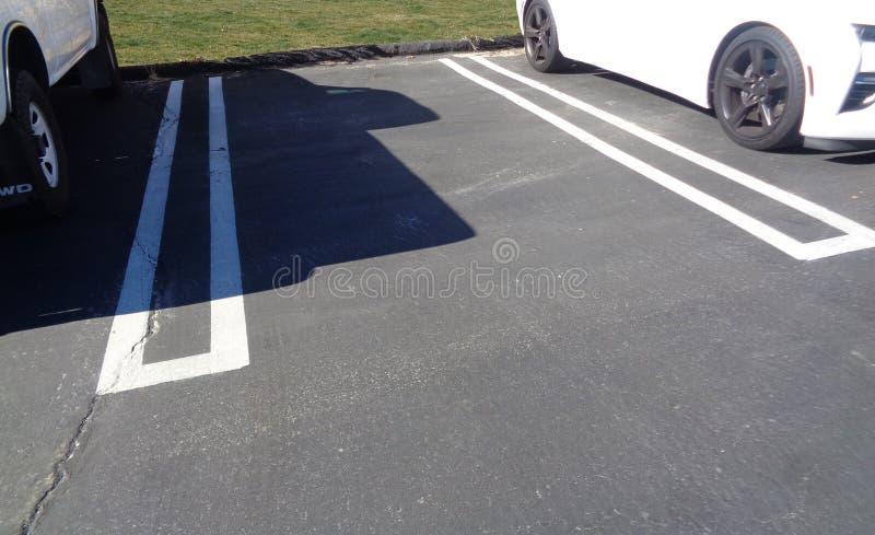 Пустое место для парковки между 2 автомобилями в парковке стоковые изображения