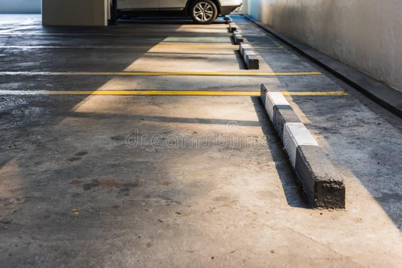 Пустое место для стоянки в поле автостоянки автомобиля стоковые фотографии rf