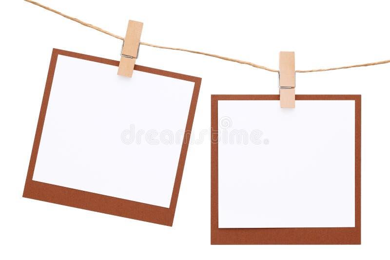 Пустое немедленное фото повиснуло на веревочке с зажимкой для белья стоковые изображения