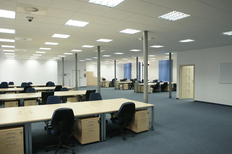пустое нутряное самомоднейшее открытое пространство офиса стоковые изображения