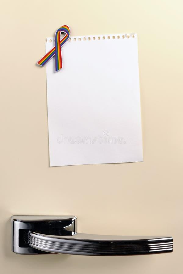 Пустое примечание на двери холодильника за пятьдесят стоковое изображение rf
