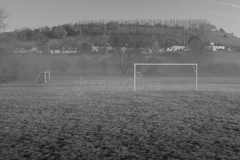 Пустое футбольное поле деревни, небольшое количество тумана перемеща стоковое изображение