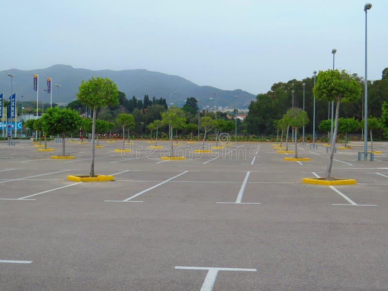 Download Пустое Carpark в большом торговом центре Редакционное Фото - изображение насчитывающей automobiled, пусто: 81814906