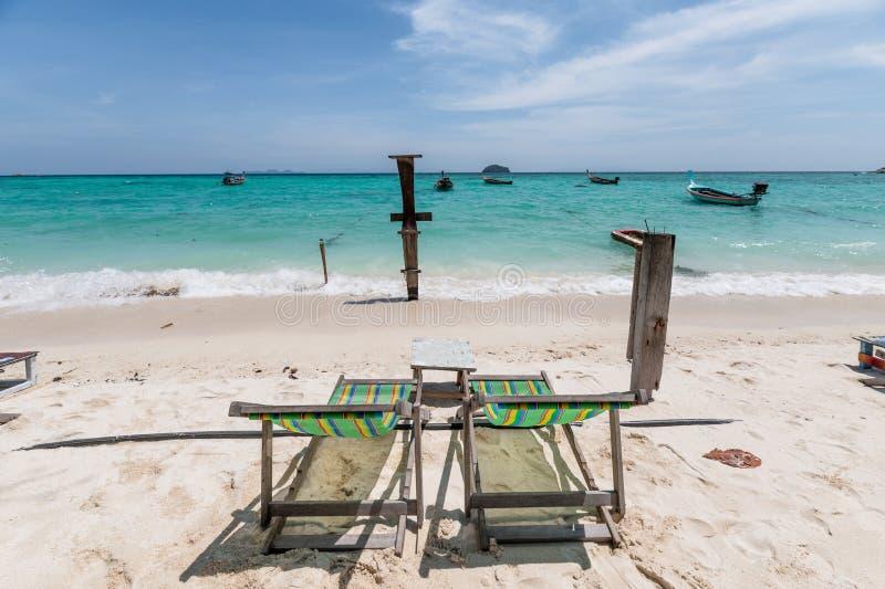 Пустое deckchair на пляже в тропическом море стоковые изображения