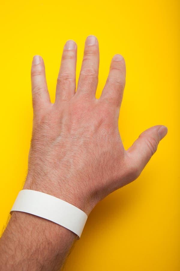 Пустой белый браслет на его руке, модель-макете стоковое фото
