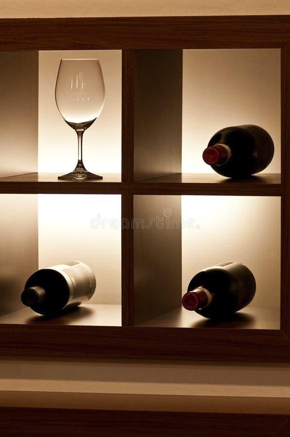 Пустой бокал и 3 бутылки стоковое фото