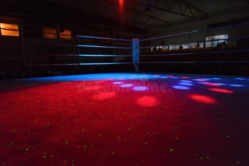 Пустой боксерский ринг в лучах прожекторов стоковое фото rf