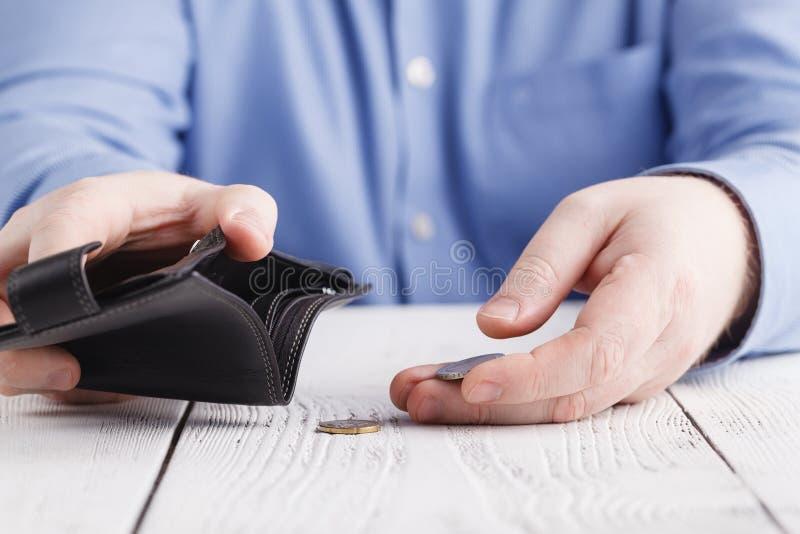 Пустой бумажник в руках человека стоковая фотография
