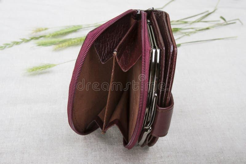 Пустой бумажник; раскройте бумажник ` s женщин стоковая фотография rf