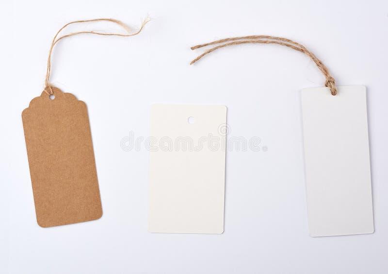 пустой бумажный круг и прямоугольная коричневая бирка на веревочке стоковые фотографии rf
