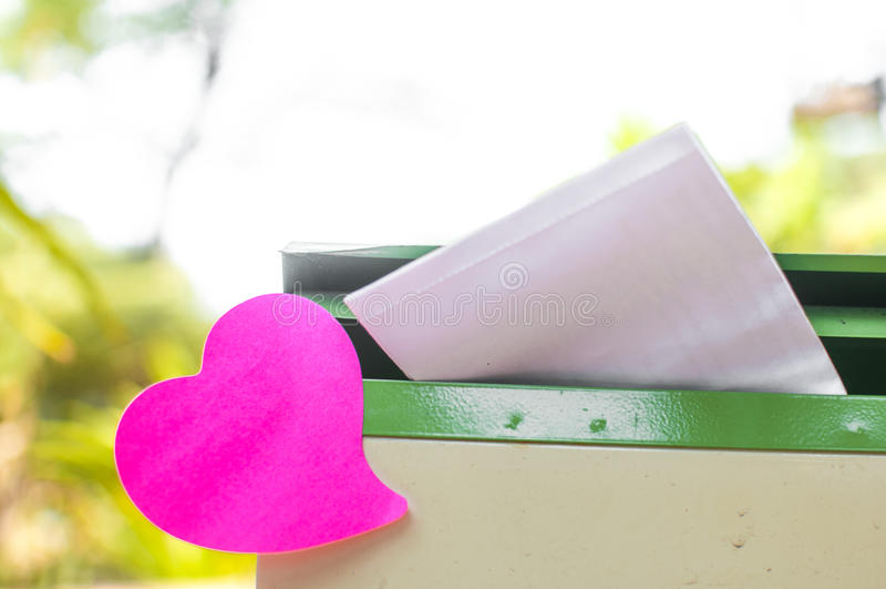 Пустой блокнот или липкий пинк примечаний на коробке столба с ба солнечного света стоковая фотография
