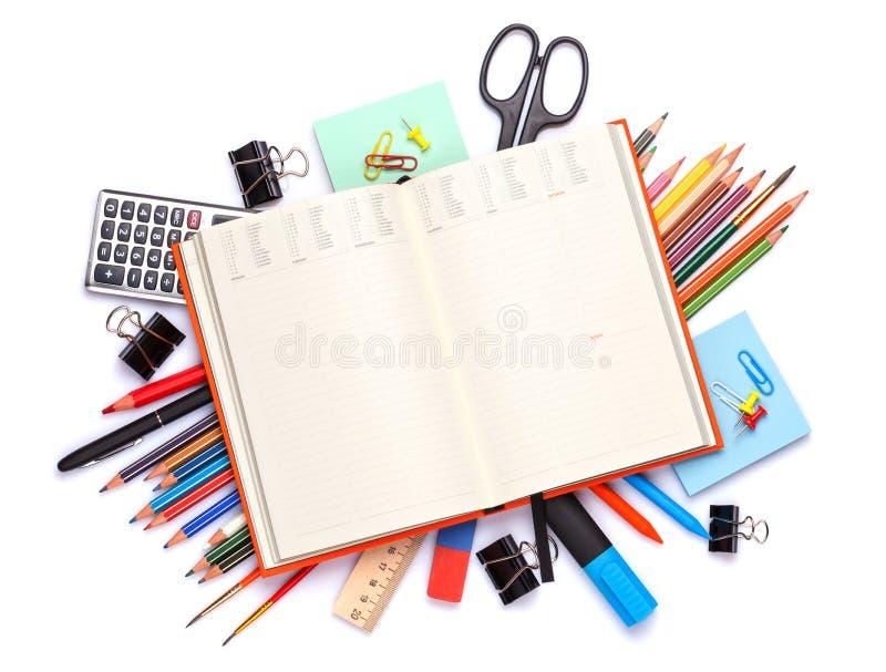 Пустой блокнот над школой и канцелярские товары на таблице офиса стоковые фотографии rf