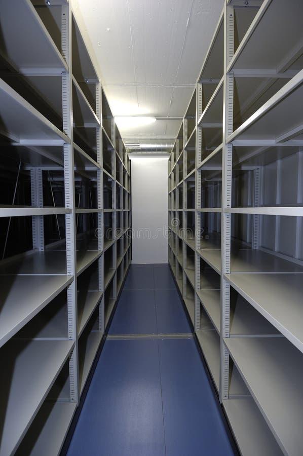 Пустой блок памяти с shelving стоковая фотография