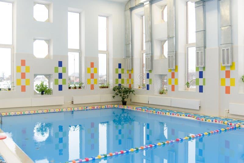 Пустой внутри помещения общественный бассейн на времени дня стоковые изображения rf