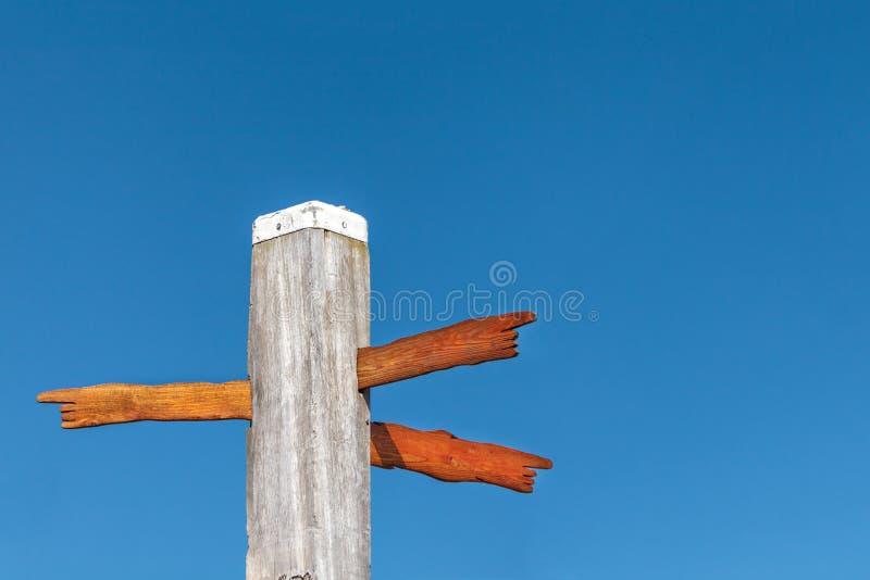 Высеканные древесиной знаки направления на полюсе пляжа стоковая фотография