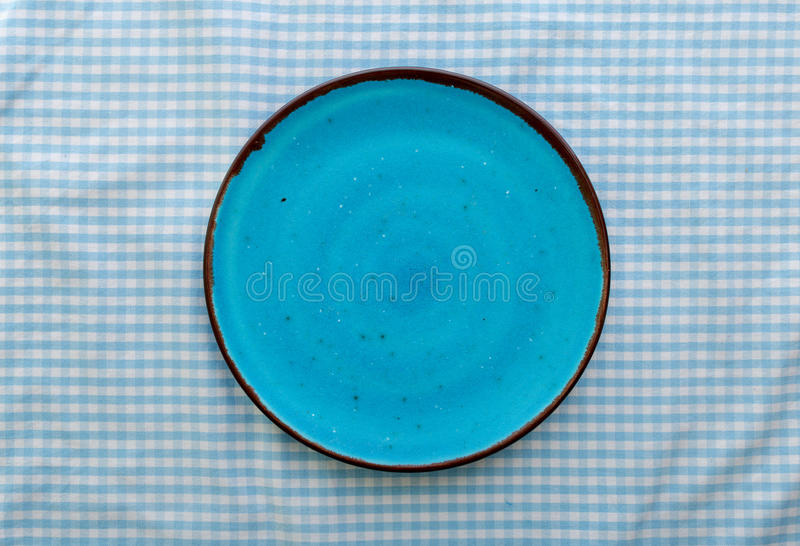 Пустой голубой керамический конец плиты вверх, взгляд сверху стоковые фотографии rf