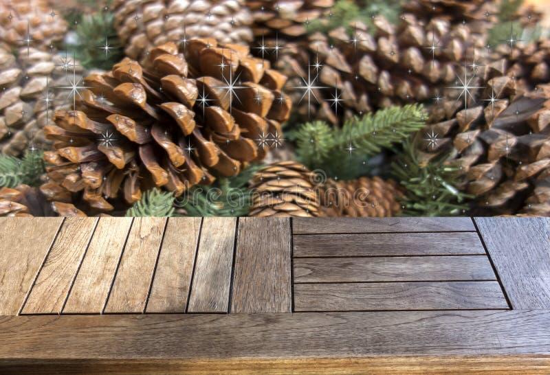 Пустой деревянный стол над ветвями и конусами кедра стоковое фото rf