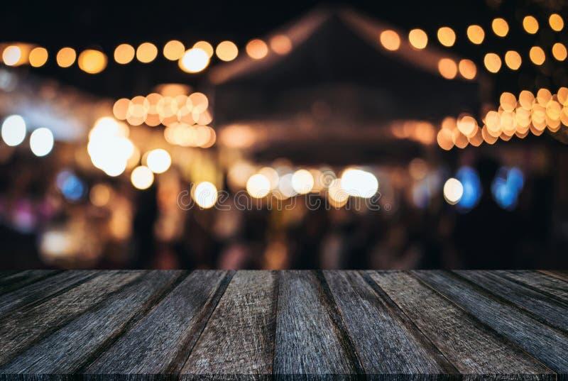 Пустой деревянный стол перед backgrou запачканным конспектом праздничным стоковые изображения rf
