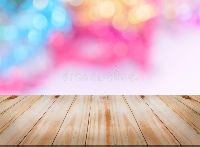 Пустой деревянный стол с конспектом освещает предпосылку bokeh стоковая фотография rf