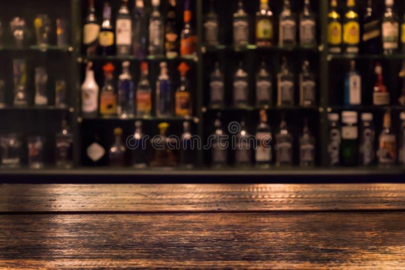 Пустой деревянный счетчик бара с defocused предпосылкой стоковые фотографии rf