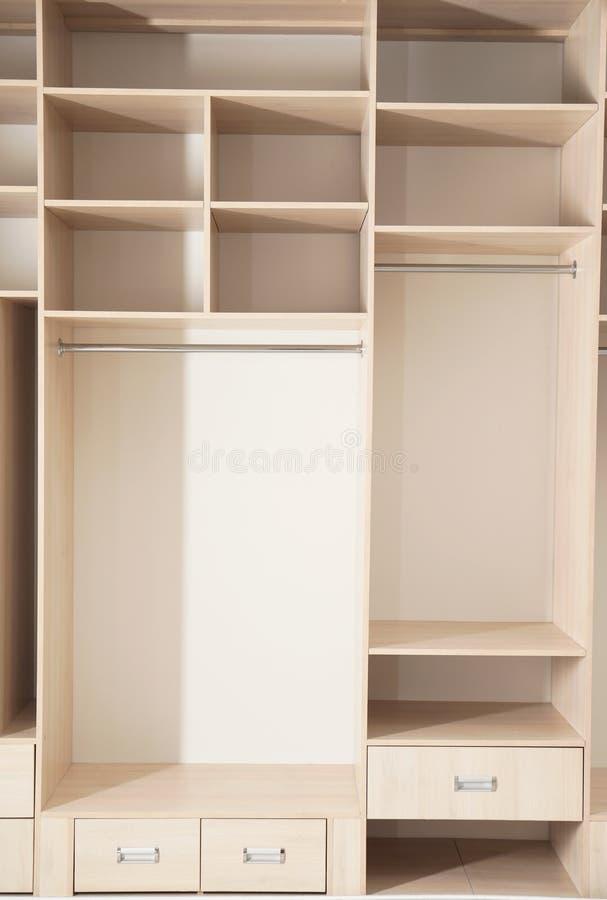 Пустой деревянный шкаф с полками и ящиками стоковое изображение rf