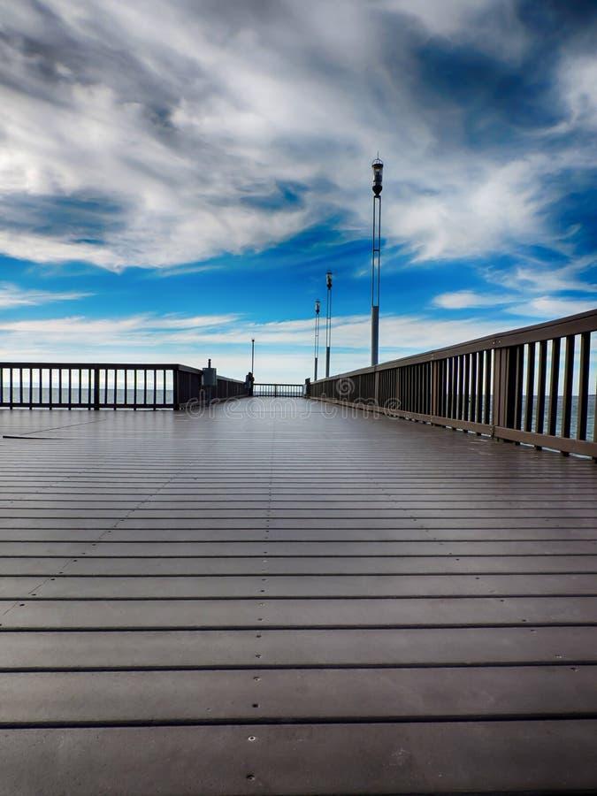 Пустой док & голубое небо стоковое изображение rf