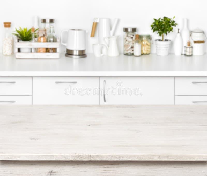 Пустой деревянный стол на запачканной предпосылке различной кухни возражает стоковые изображения