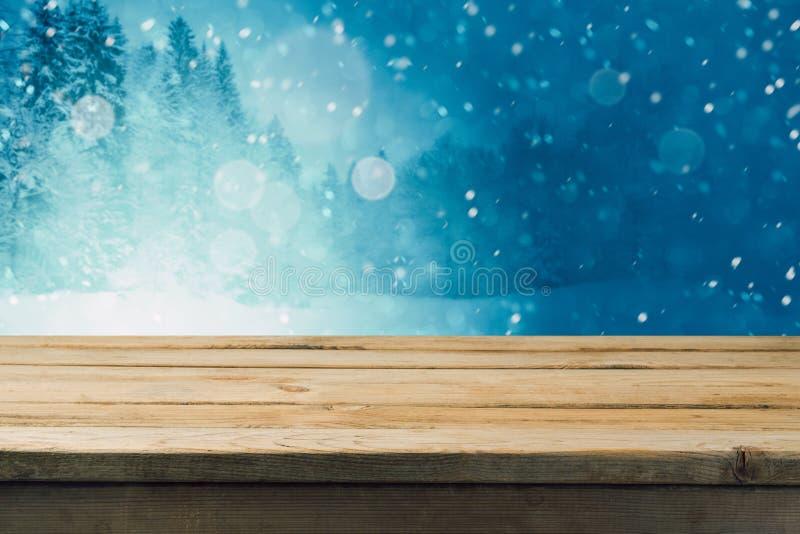 Пустой деревянный стол над предпосылкой леса зимы Насмешка вверх по шаблону таблицы для монтажа продукта стоковое фото rf