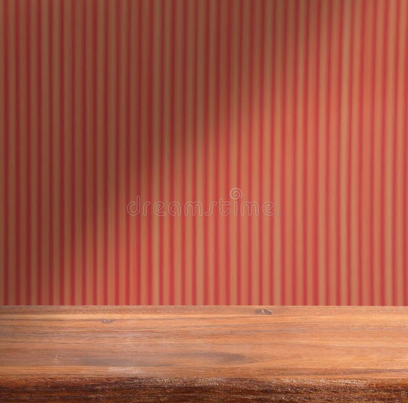 Пустой деревянный стол на стене striped предпосылкой красной blair стоковая фотография rf