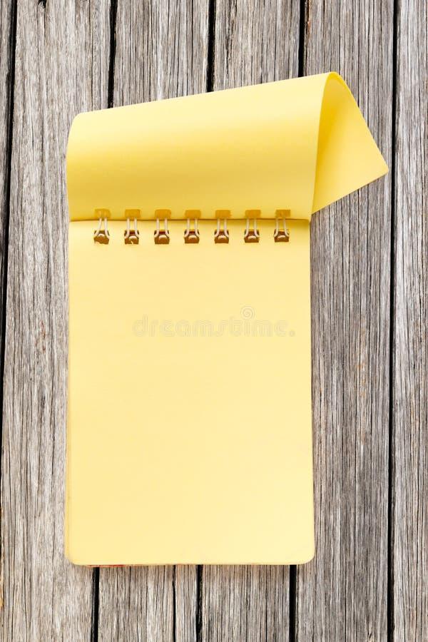Пустой желтый блокнот стоковое изображение