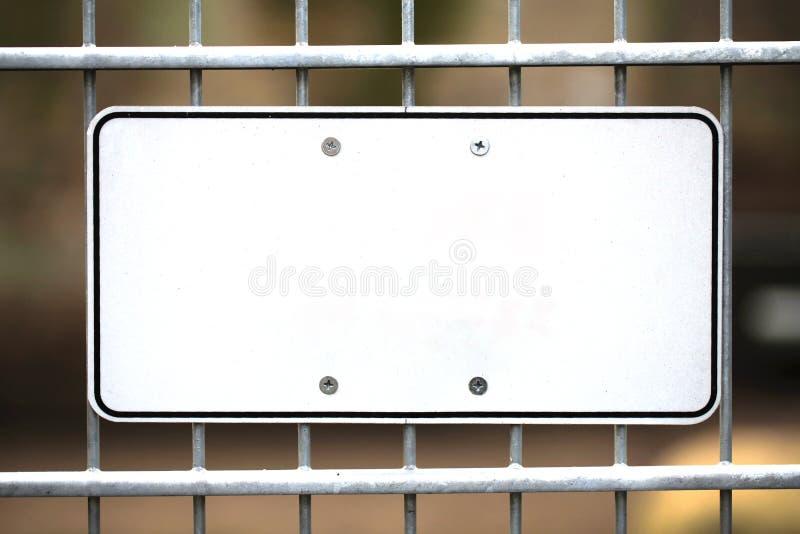 Пустой знак белого металла установленный к загородке стоковое фото rf