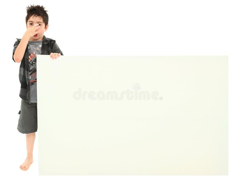 пустой знак удерживания стороны выражения мальчика stinky стоковое изображение