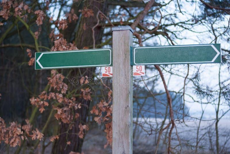пустой знак улицы против леса на предпосылке деревьев Германия стоковые изображения