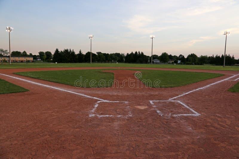 Пустой диамант бейсбола на сумраке стоковые изображения rf