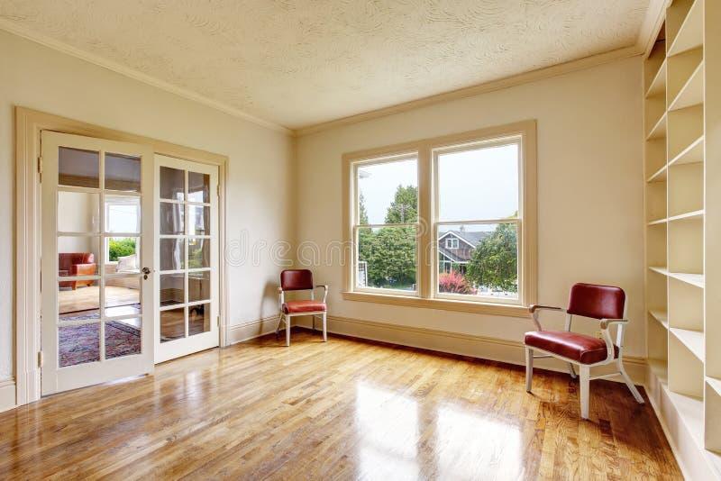 Пустой интерьер комнаты в белых тонах с деревянными полками стоковое фото rf